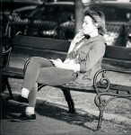 "Juste une cigarette - Source : Pixabay.com - ""Woman smoking on a bench"", Ferobanjo , CC"